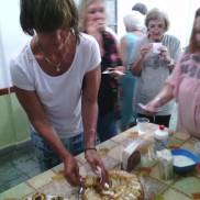 Como todavía no hablamos del ayuno, Noemí reparte la torta que nos preparó Graciela.